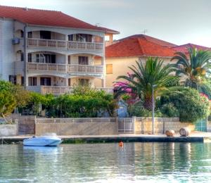 Ferienwohnungen direkt am Meer. Traum-Aussicht vom Balkon direkt auf die Bucht von Ciovo.