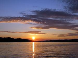 Sonnenuntergang in Kroatien. Der Feuerball versinkt in der Adria vor der Insel Ciovo.