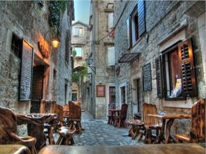 Trogir: Viele Gässchen gibt es zu entdecken. Überall warten kleine Restaurants auf Gäste.